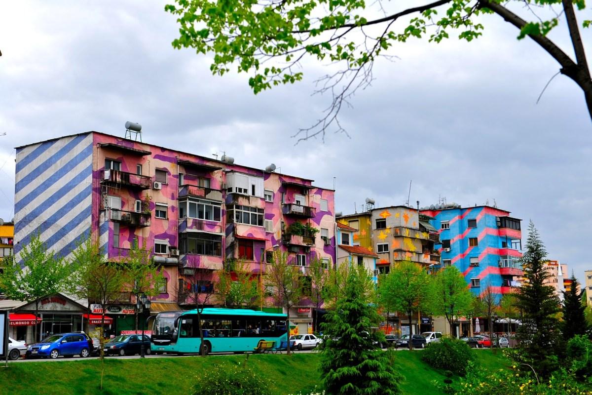 Изрисувани къщи в Тирана. Източник: Мерлин и Ребека