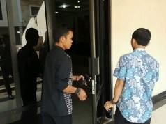 Pegawai Dindik Cilegon saat akan memasuki ruang rapat DPRD. (Foto : Gilang)