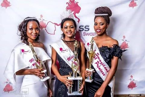 Miss Swaziland 2016/2017 Linda Hutchinson flanked by her First Princess Zethu Manana (R) and Second Princess Baby Mthimkhulu after their crowning.