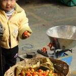 bébé au marché de Thimphou - blog Bar a Voyages