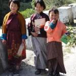 Le sourire communicatif des écolières bhoutanaises