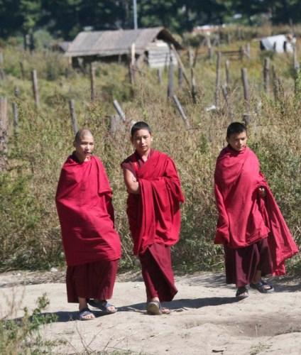 Moines au monastère de Jambay Lhakhan - blog Bar a Voyages