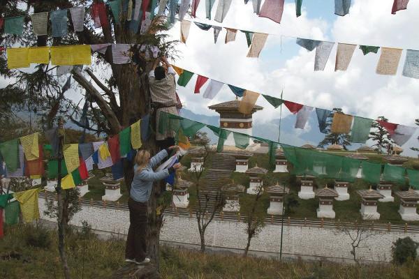 Accrochage de drapeaux au Bhoutan - blog Bar a Voyages