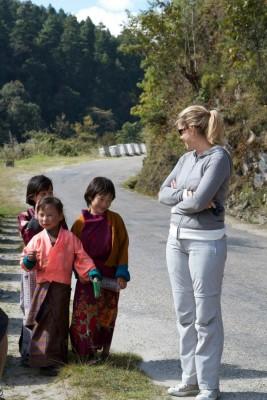rencontre avec des écolières bhoutanaises au bord de la route