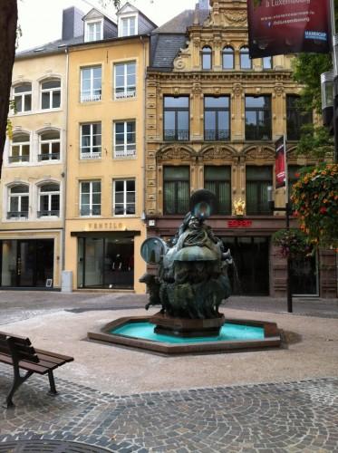 Une fontaine dans Grand Rue