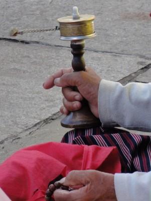 Main faisant tourner un moulin à prières, partie importante de la culture au Bhoutan