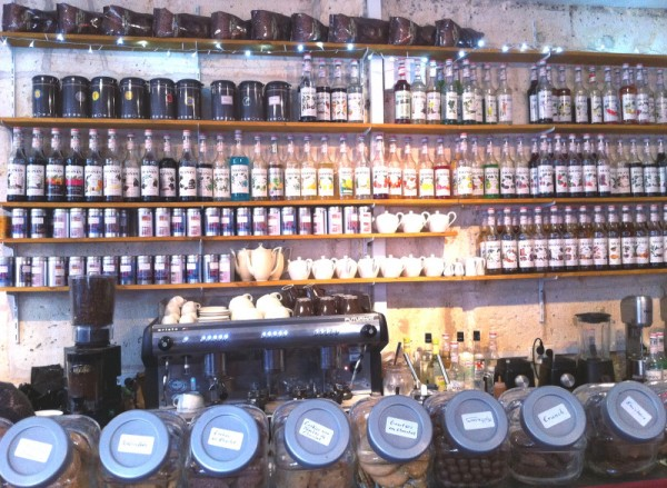 Bouteilles de sirop sur les étagères du salon de thé Phenix