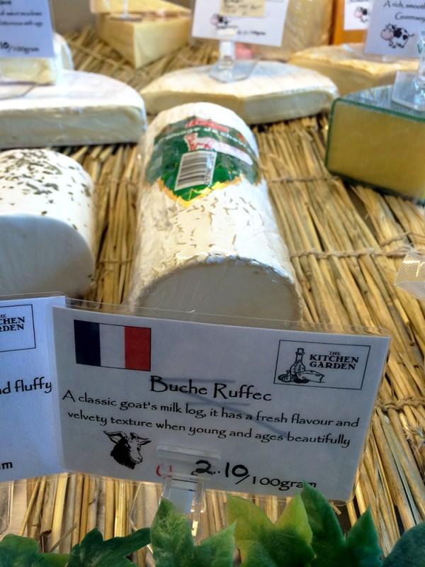 Une bûche de chèvre de Ruffec (Charente) dans une vitrine à Oban. - Blog Le Bar à Voyages