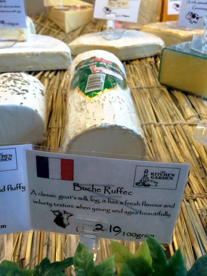 Une bûche de chèvre de Ruffec (Charente) dans une vitrine à Oban