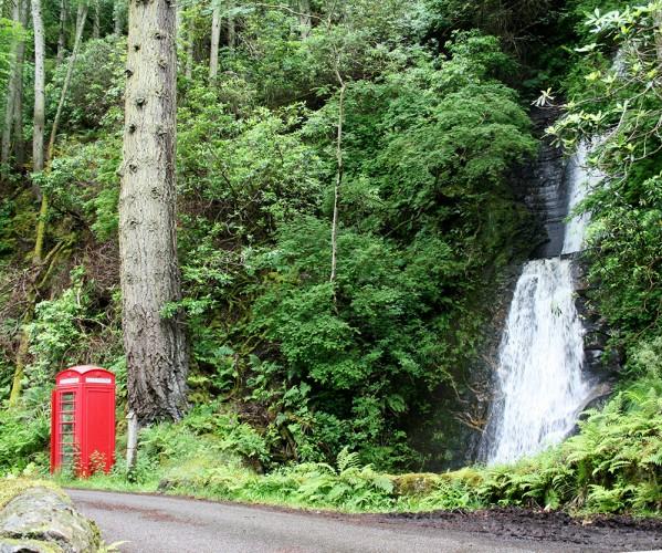 """Une cabine téléphonique """"So British"""" au bord de la route sur l'île de Mull"""