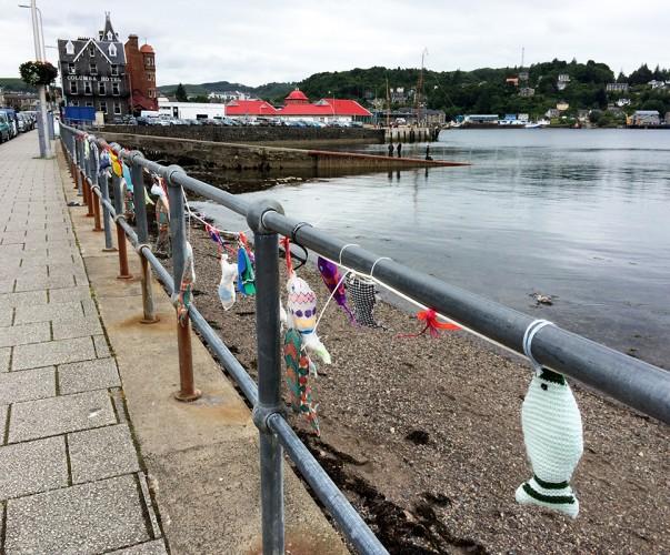 Visiblement, un fan de poisson et de tricot s'est beaucoup amusé sur le front de mer d'Oban. - Blog Le Bar à Voyages
