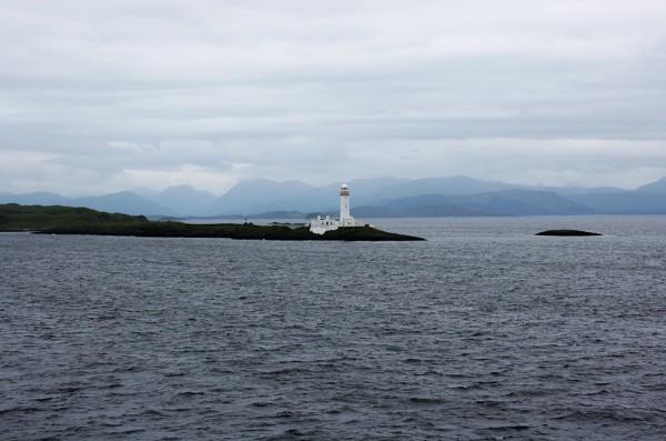 Un phare tout blanc dans le Sound of Mull sur la traversée en ferry vers Craignure. - Blog Le Bar à Voyages