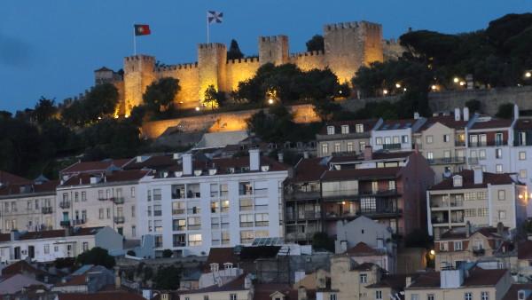 Vue sur le château Sao Jorge depuis l'ascenseur de Santa Justa Lisbonne - blog Bar a? Voyages