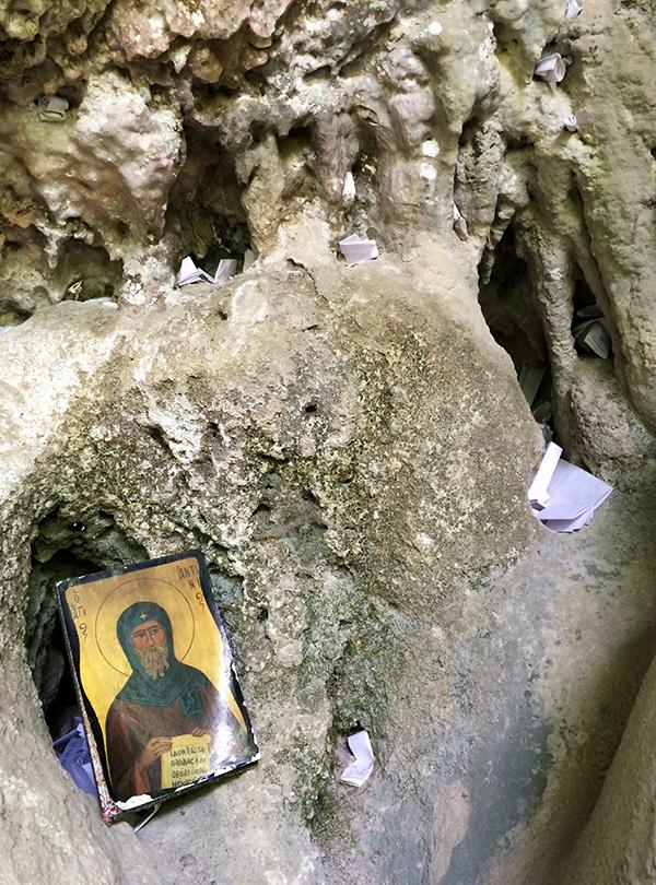 Les vœux des visiteurs sont pliés/roulés puis glissés dans les anfractuosités de la grotte de San Antonio