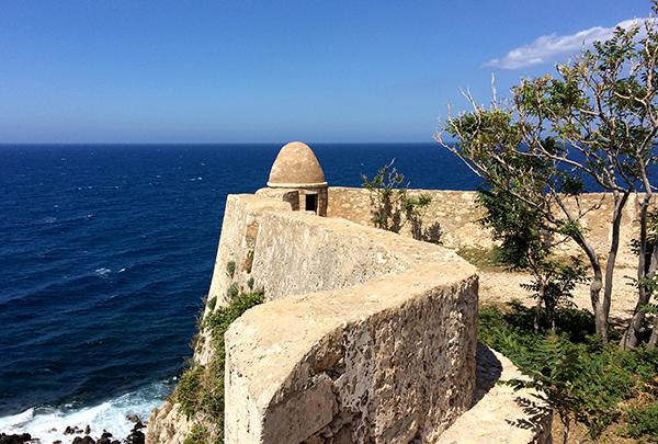 Vue sur la mer Méditerranée depuis le rempart nord de la Fortezza de Rethymnon