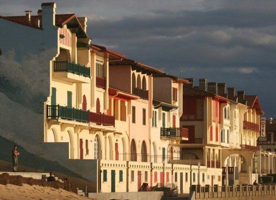 Façades basco-landaises sur le front de mer
