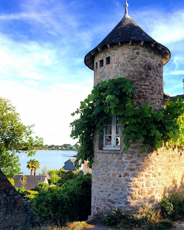 Petite tour et vigne vierge sur l'Île aux Moines ©Magali Renard / Le Bar à Voyages