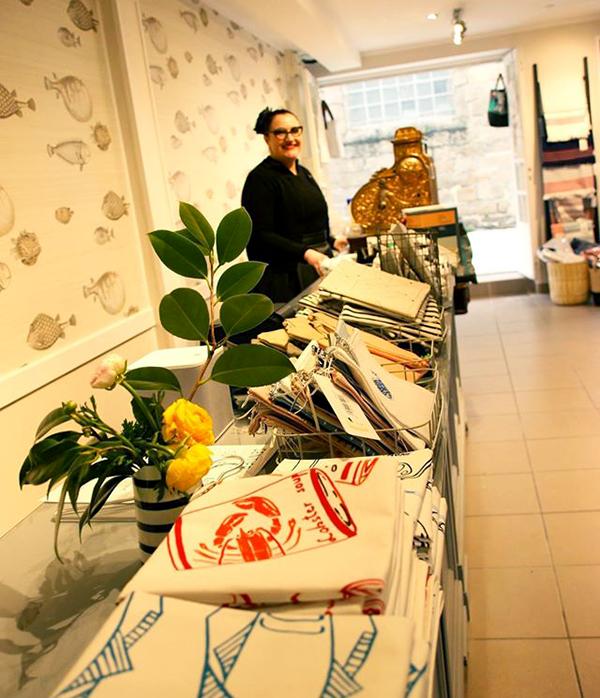 Caroline, créatrice et gérante de la boutique Sentier Côtier dans la ville-close de Concarneau