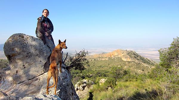 """Les voyages, c'est avant tout des rencontres ! Laure et la chienne """"podenco"""" en Espagne ©Spicerabbits"""
