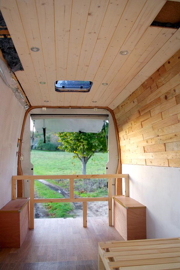 Habillage des murs et mise en place de l'électricité à bord ©Spicerabbits
