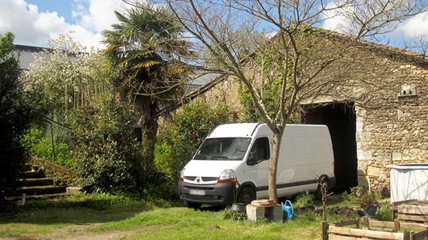 Chantier en cours quelque part en Charente... Dans quelques mois, ce van sillonnera les routes d'Europe ! ©Spicerabbits