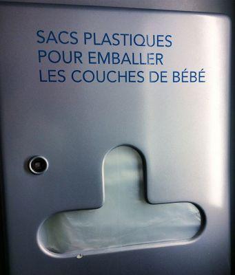 Distributeur de sacs plastiques pour emballer les couches de bébé dans le TGV