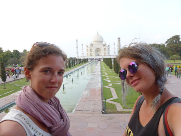 Cendrine et Sarah du blog Why Not TDM devant le Taj Mahal
