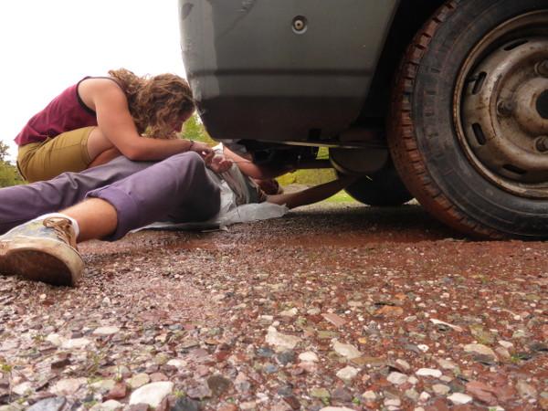 Cendrine et Sarah d blog Why Not TDM réparent leur camionnette