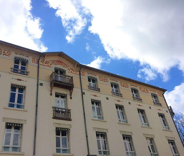 La jolie façade de l'hôtel-résidence Les Loges du Parc à La Roche-Posay