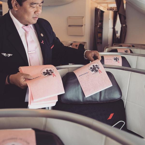 tétières des sièges aux couleurs de l'association Les Hôtesses de l'Air Contre le Cancer