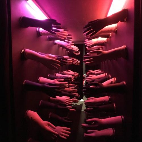 le tunnel caressant avec des gants en caoutchouc