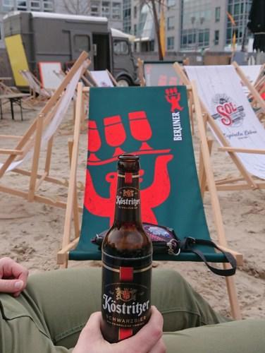 Dégustation de bière à Charlie's Beach, les pieds dans le sable
