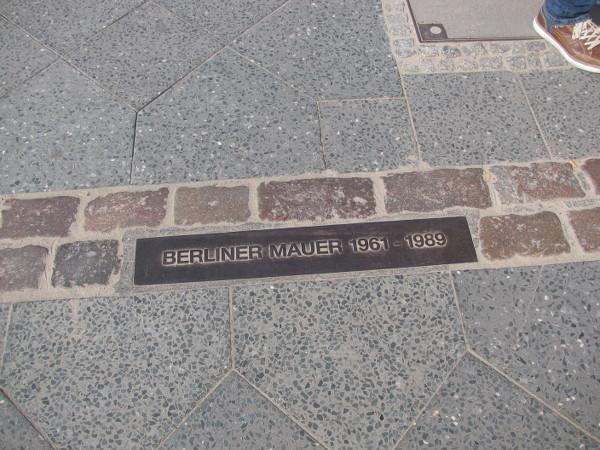 Démarcation au sol indiquant la présence du Mur du Berlin