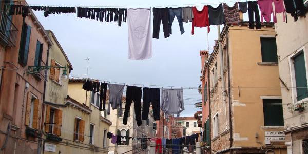 Linge qui sèche dans un quartier populaire de Venise