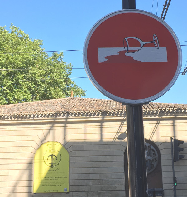 Panneau sens interdit street art à Bordeaux