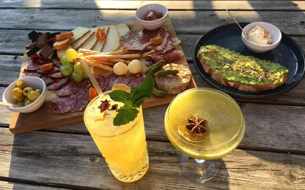 assiette de tapas gourmandes et cocktails au Juniper à Capbreton