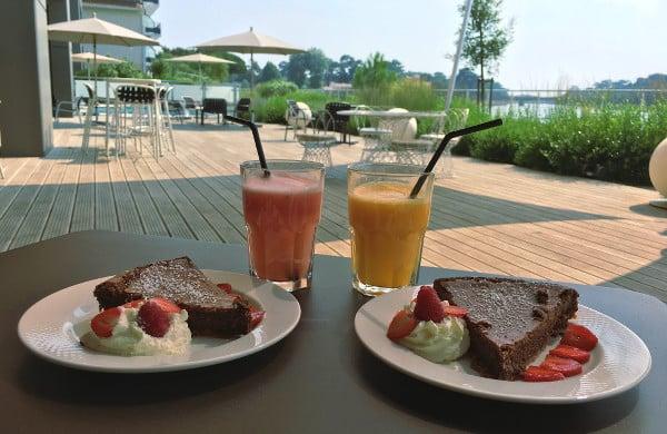 Une des meilleures adresses gourmandes à Hossegor : la Villa Seren avec ses jus de fruits et son gâteau au chocolat en terrasse