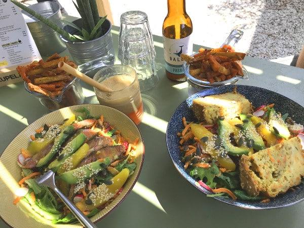 Parmi les belles adresses gourmandes à Hossegor, le Chill'in Tartes & Co. avec ses salades colorées