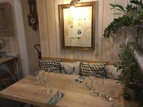 Intérieur du restaurant La Petite Table à Capbreton