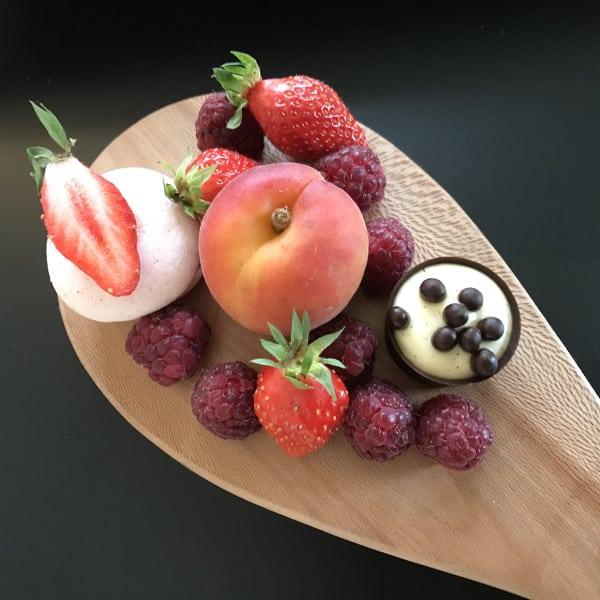 fruits et gourmandises sur une planche en bois
