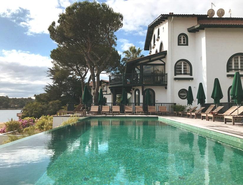 Piscine et terrasse de l'hôtel surplombant le lac de Hossegor