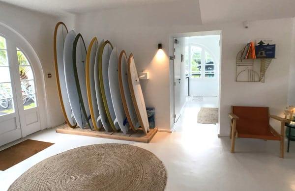 Décoration avec des planches de surf dans le salon de l'hôtel Les Hortensias du Lac