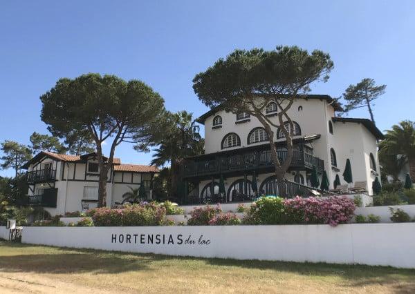 L'hôtel Les Hortensias du lac depuis la plage du lac d'Hossegor