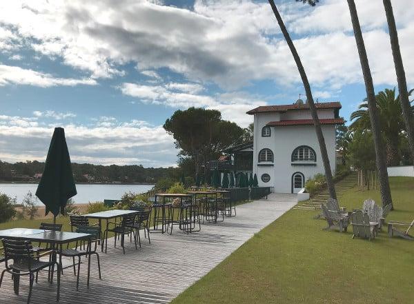 La terrasse du restaurant et le jardin de l'hôtel