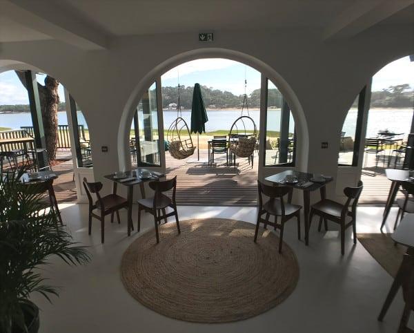 Salle de restauration avec vue sur le lac