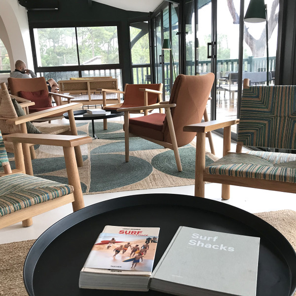 Livres sur une table basse du salon des Hortensias du Lac