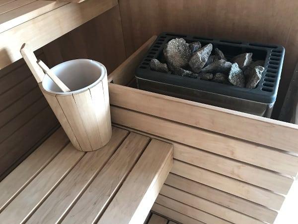 pierres chaudes et banc du sauna