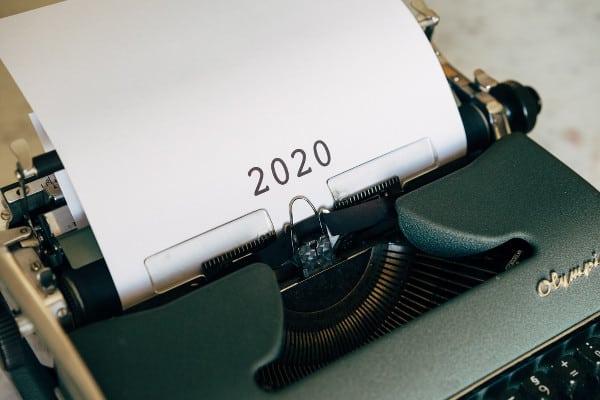 Machine à écrire ancienne avec une page intitulée 2020