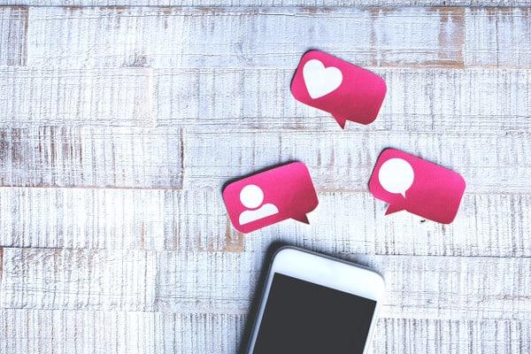 téléphone portable et interaction sur les réseaux sociaux
