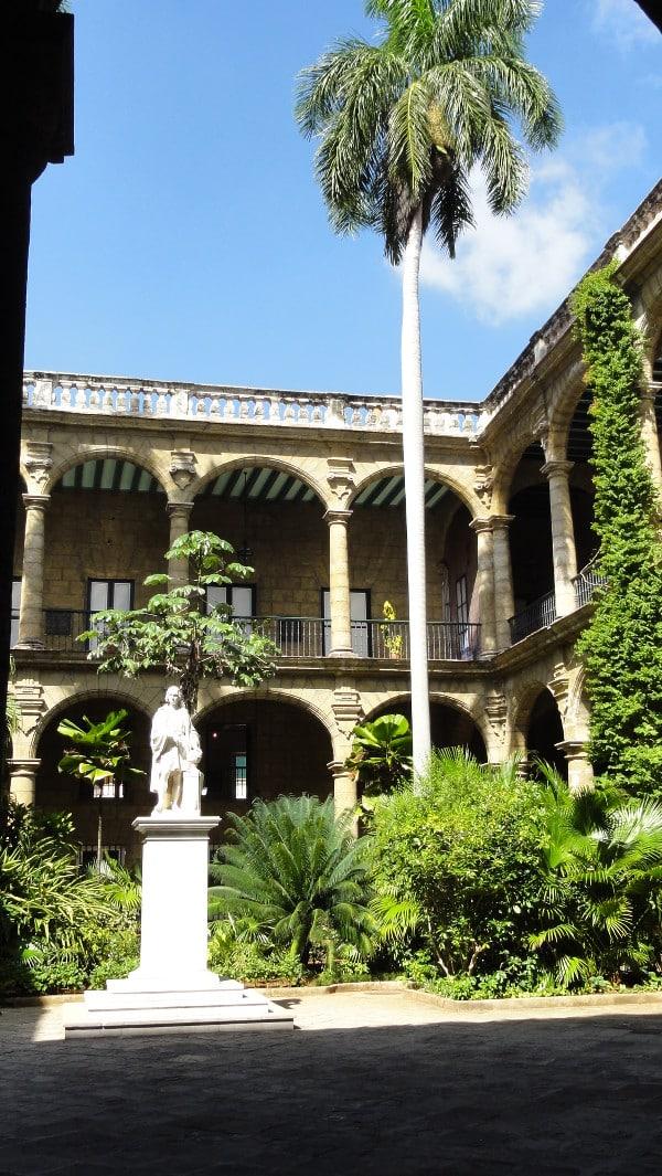 L'intérieur d'une cour d'une demeure de La Havane